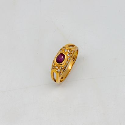 Bague jonc en or jaune ornée d'un petit rubis...
