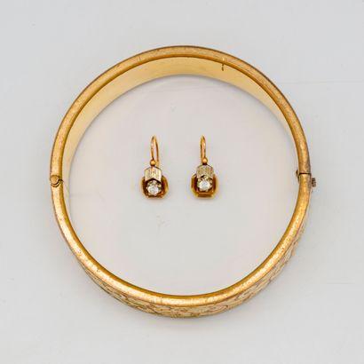 Bracelet jonc en métal doré à décor de rinceaux...