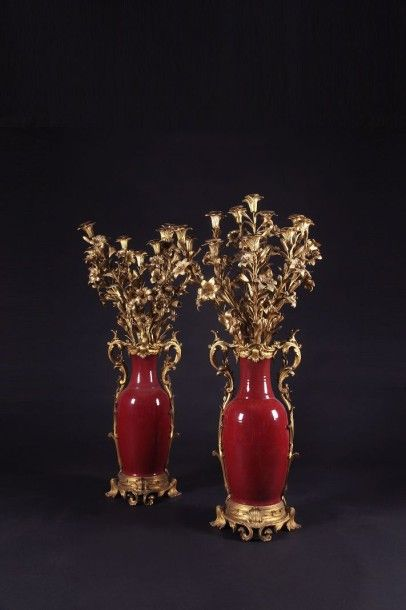 Paire de grands vases-candélabres en porcelaine...