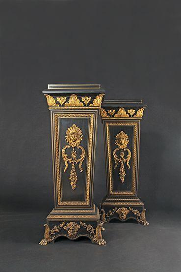 Paire de gaines en placage de bois noirci et bronze doré à décor de masques, feuillages...
