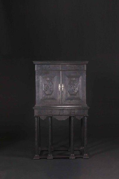 Cabinet en ébène sculpté et gravé à sujets mythologiques, ouvrant à deux vantaux...
