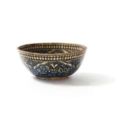 Large bol en céramique siliceuse à décor...