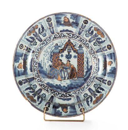 Delft  Plat rond en faïence à décor en camaïeu bleu rehaussé en rouge et or dans...