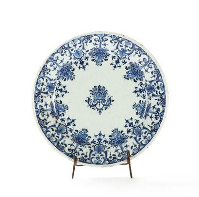 Rouen  Assiette en faïence à décor en camaïeu bleu de fleurs au centre et lambrequins,...