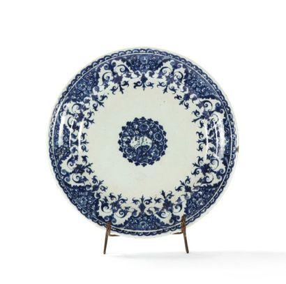 Rouen  Assiette en faïence à décor bleu d'une...