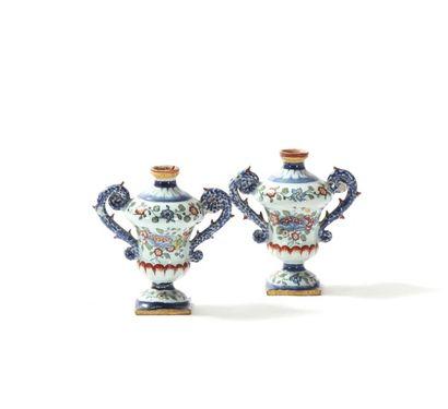 Paire de petits vases en faïence de forme...