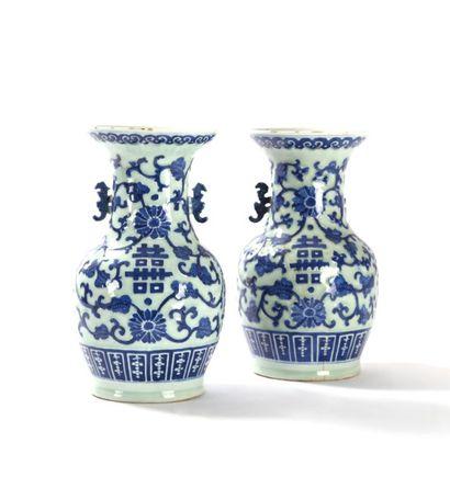 Chine  Paire de vases balustre en porcelaine...