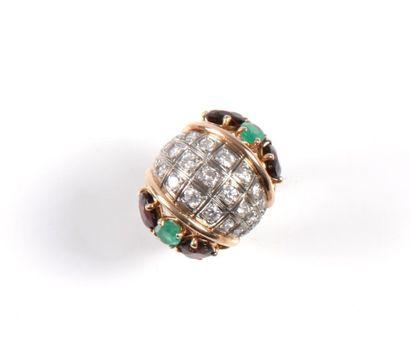Bague en or jaune et diamants épaulée d'émeraudes...