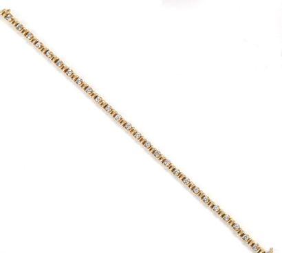 Bracelet ligne en or jaune et diamants.  Poids...