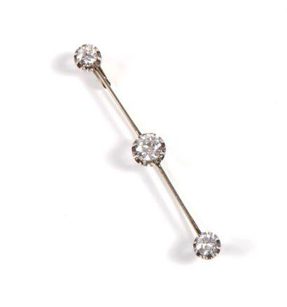 Broche barrette ornée de 3 diamants brillantés...