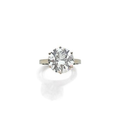 Bague solitaire ornée d'un diamant pesant...