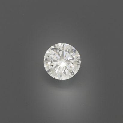 Diamant taille brillant sur papier. Poids...