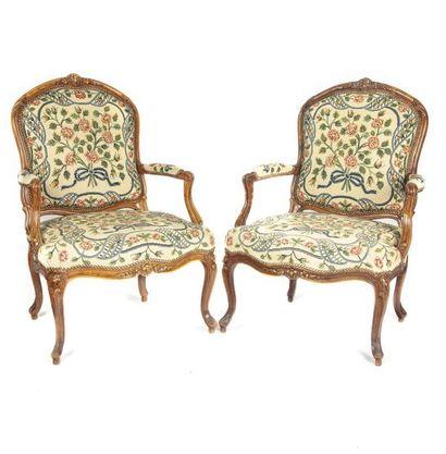 E. MEUNIER Paire de fauteuils à la reine en bois mouluré et sculpté de fleurettes...