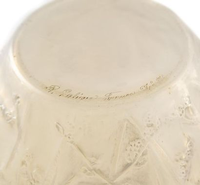 """René LALIQUE (1860-1945) Vase """" Perruches """" de forme ovoïde en verre opalescent..."""