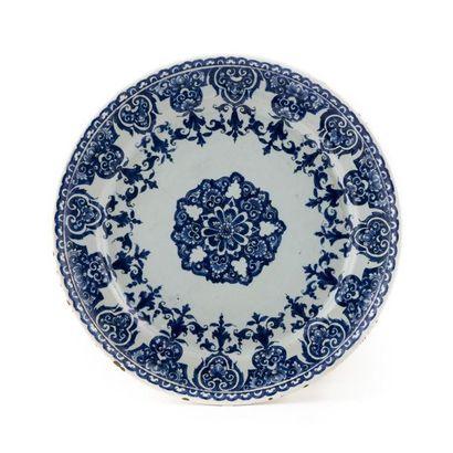 Rouen Assiette à décor en camaïeu bleu d'une...
