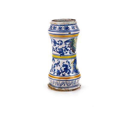 Rouen Albarello cintré en faïence à décor polychrome d'un amour ailé tenant un cartouche...