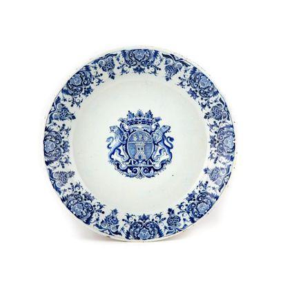 Rouen Assiette en faïence à décor en camaïeu...