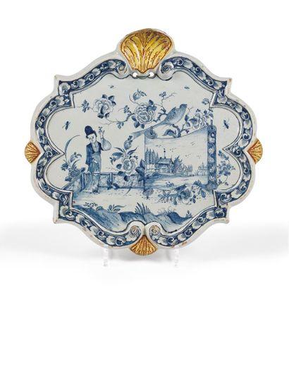 Delft  Plaque ovale en faïence à décor en camaïeu bleu d'une Chinoise sur une terrasse...