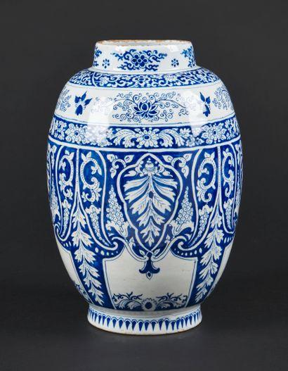 Delft  Vase de forme oblong en faïence à décor en camaïeu bleu de larges feuilles...