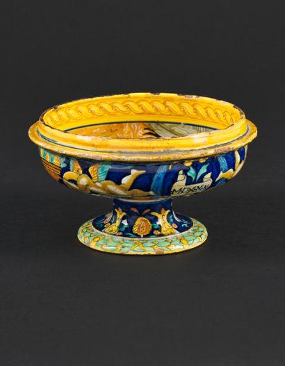 Urbino  Coupe d'accouchée, scodella, en majolique de forme circulaire sur piédouche...