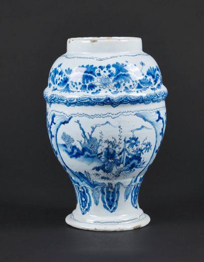 Nevers  Vase de forme balustre en faïence...
