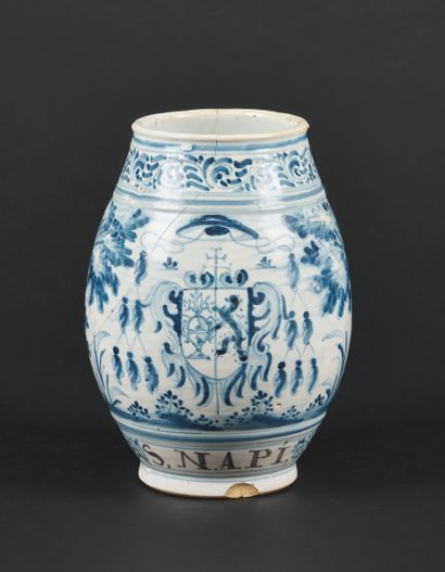 Talavera  Vase ovoïde en faïence à décor en camaïeu bleu d'armoiries épiscopales...