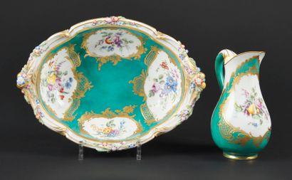 Sèvres  Broc Roussel et jatte ovale à fleurs...