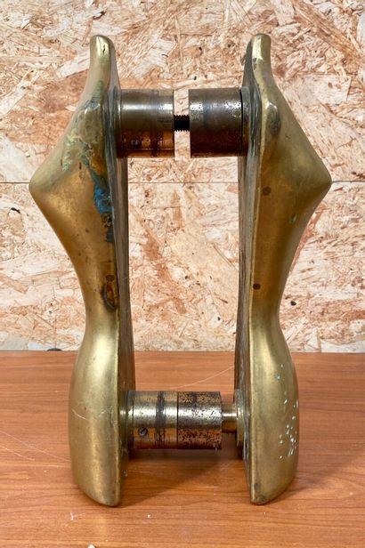 ECOLE CONTEMPORAINE  Deux bustes en laiton  Haut. 28,5 cm