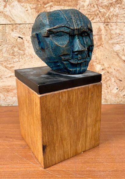 Yvette Vincent ALLEAUME ?  Tête  Epreuve en bronze à patine bleu, signé. Cachet...