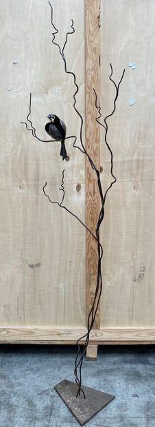 Thierry DANIEL  Oiseau branché  Sculpture en metal, signée sur la queue de l'oiseau....