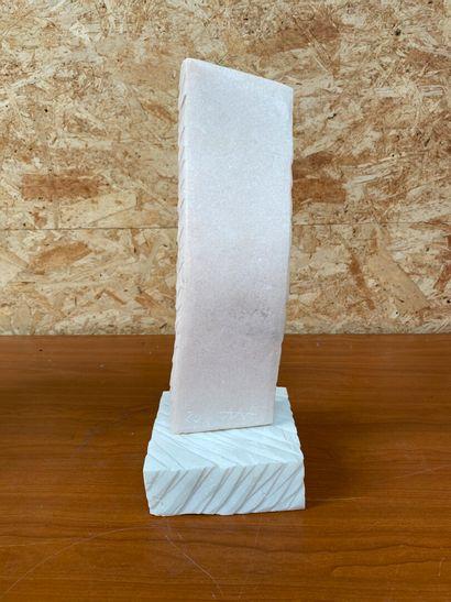 ECOLE CONTEMPORAINE -AAA  Sans titre  Sculpture en pierre rosé représentant une...