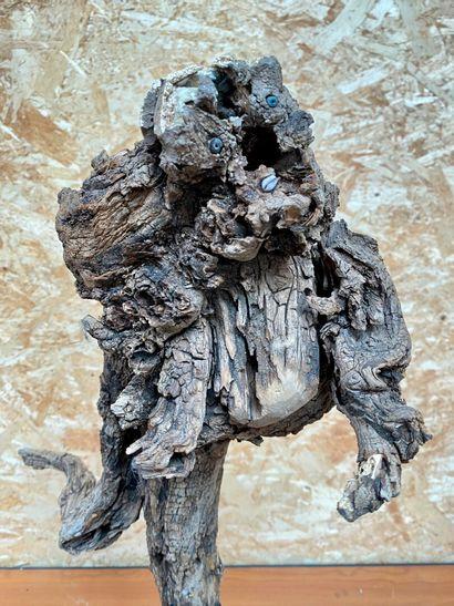 Mireille dite Maella CITRON  Le coureur  Sculpture en vieux bois, turquoises, coquillages...