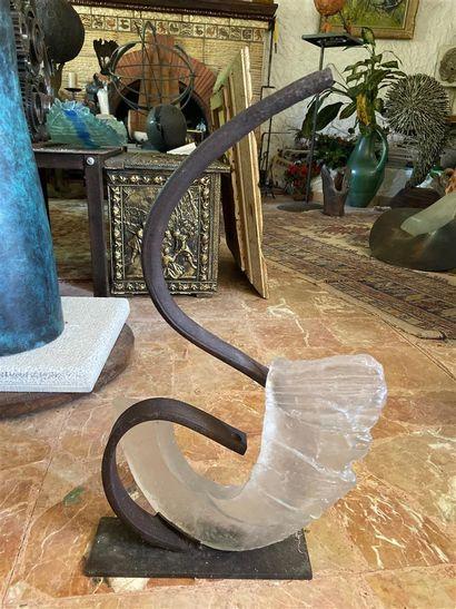 Michelle WINCKLER (Née en 1954)  Le cygne  Pièce unique en cristal et métal  55...