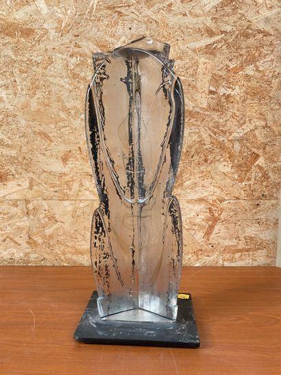X. BRAUN  Stèle en verre blanc à incrustation de filaments. Sur un socle en verre....
