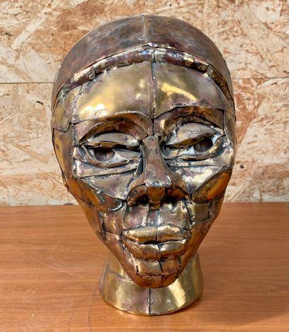 Maria CATUAGNO (1960)  Tete de femme en plaques de cuivre assemblées.  Haut. 26...