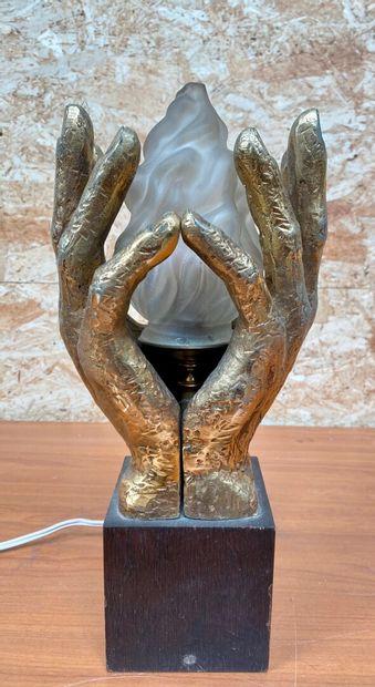 BUREAU  Mains enflammées  Epreuve en bronze doré et verre, reposant sur un socle...