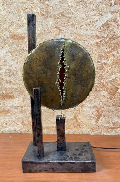 Thierry DANIEL  Le sourire de Vénus  Lampe-sculpture en métal à patine verte et...