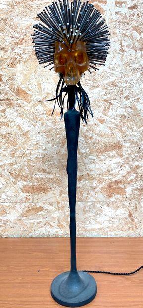 Richard CAHOURS DE VIRGILE  Skull  Lampe-sculpture représentant un homme debout...