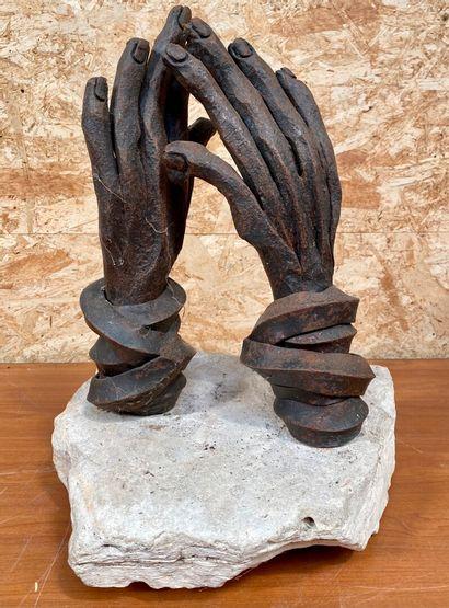 ECOLE CONTEMPORAINE  Deux mains en fer forgé, les poignées cerclés, sur un socle...