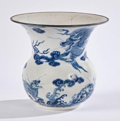 CHINE POUR LE VIETNAM  Vase de forme balustre...
