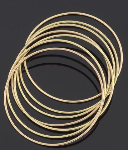 ENSEMBLE de sept bracelets rigides en or...
