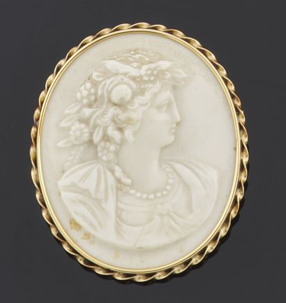 BROCHURE of oval form decorated with a cameo...