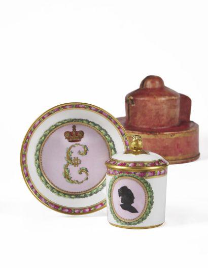 BERLIN  Tasse couverte et sa soucoupe en porcelaine à décor sur la tasse d'un portrait...