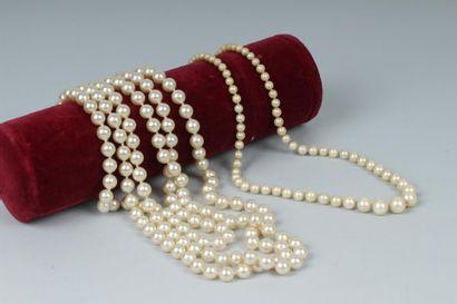 LOT DE DEUX COLLIERS de perles d'imitation....