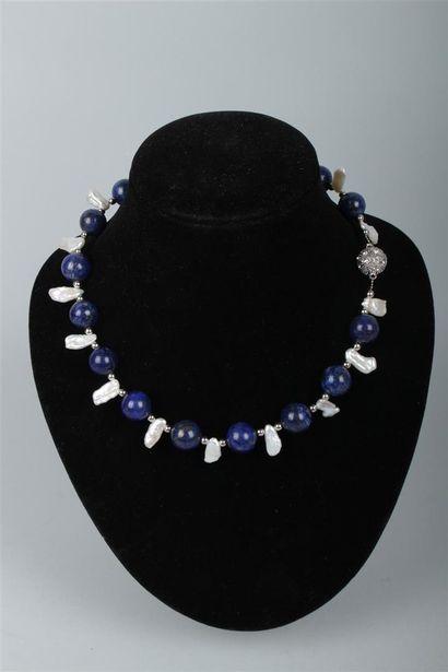 COLLIER DE BOULES de lapis lazuli teinté...