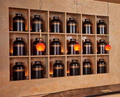 DIX-HUIT BOITES à thé en tôle laquée. Usures....