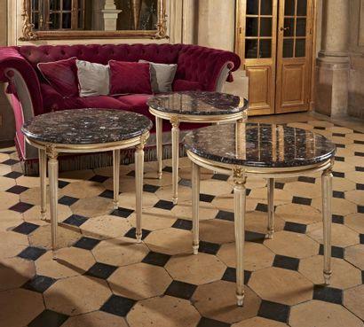 TROIS PETITES TABLES rondes en bois laqué...