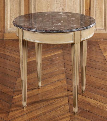 TABLE RONDE en bois laqué et mouluré, dessus...