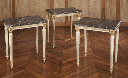 TROIS TABLES bouts de canapé en bois laqué...