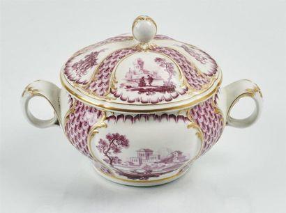 TOURNAI Bouillon rond couvert en porcelaine...